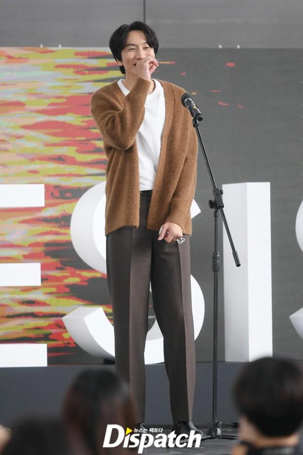 Dàn sao đổ bộ lễ ra mắt phim ở LHP Busan: Hươu cao cổ Lee Kwang Soo như người khổng lồ, Han So Hee đẹp phát sáng cả sân khấu - Ảnh 6.