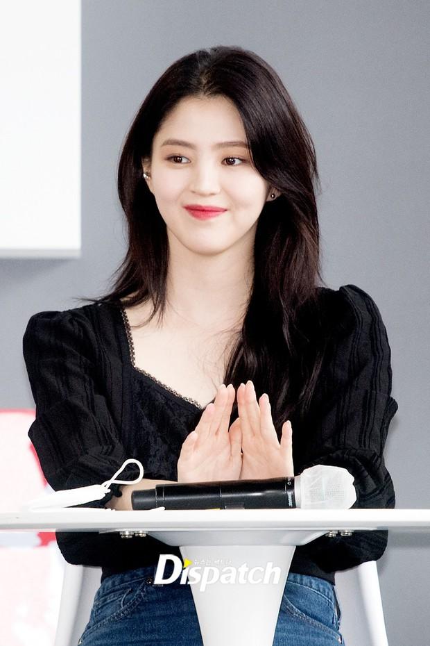 Dàn sao đổ bộ lễ ra mắt phim ở LHP Busan: Hươu cao cổ Lee Kwang Soo như người khổng lồ, Han So Hee đẹp phát sáng cả sân khấu - Ảnh 2.