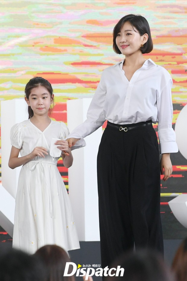 Dàn sao đổ bộ lễ ra mắt phim ở LHP Busan: Hươu cao cổ Lee Kwang Soo như người khổng lồ, Han So Hee đẹp phát sáng cả sân khấu - Ảnh 15.