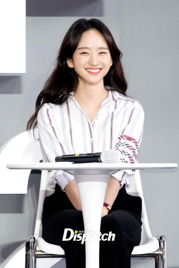 Dàn sao đổ bộ lễ ra mắt phim ở LHP Busan: Hươu cao cổ Lee Kwang Soo như người khổng lồ, Han So Hee đẹp phát sáng cả sân khấu - Ảnh 12.