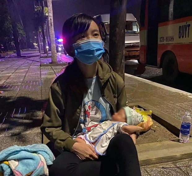 Em bé mới sinh 15 ngày theo cha mẹ vượt hàng nghìn cây số về quê tránh dịch - Ảnh 1.