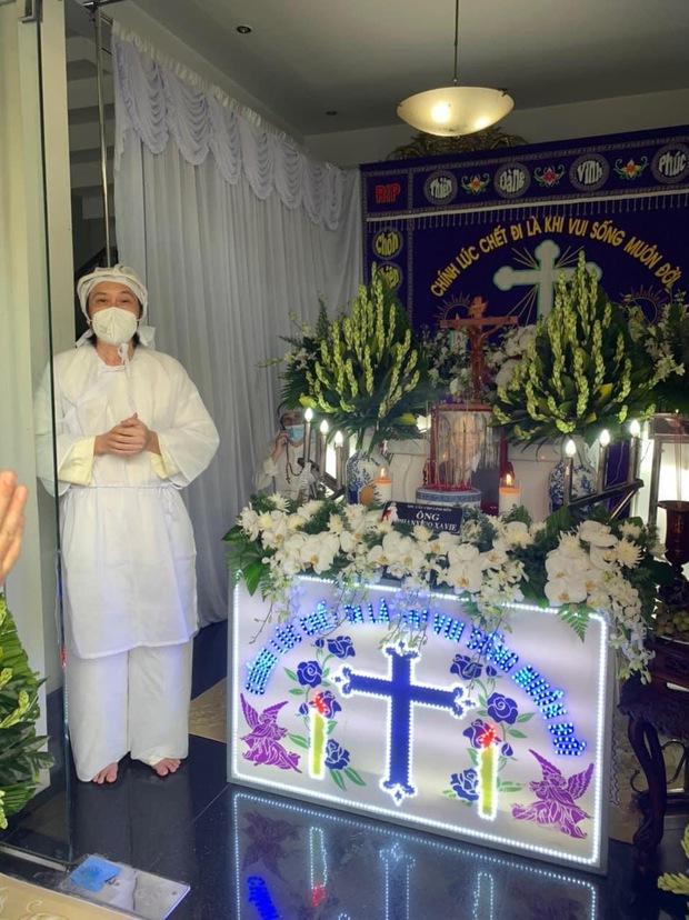 NS Hoài Linh lần đầu lộ diện sau 4 tháng ở ẩn, tiều tuỵ thấy rõ trong tang lễ bố ruột vừa qua đời tại Việt Nam - Ảnh 2.