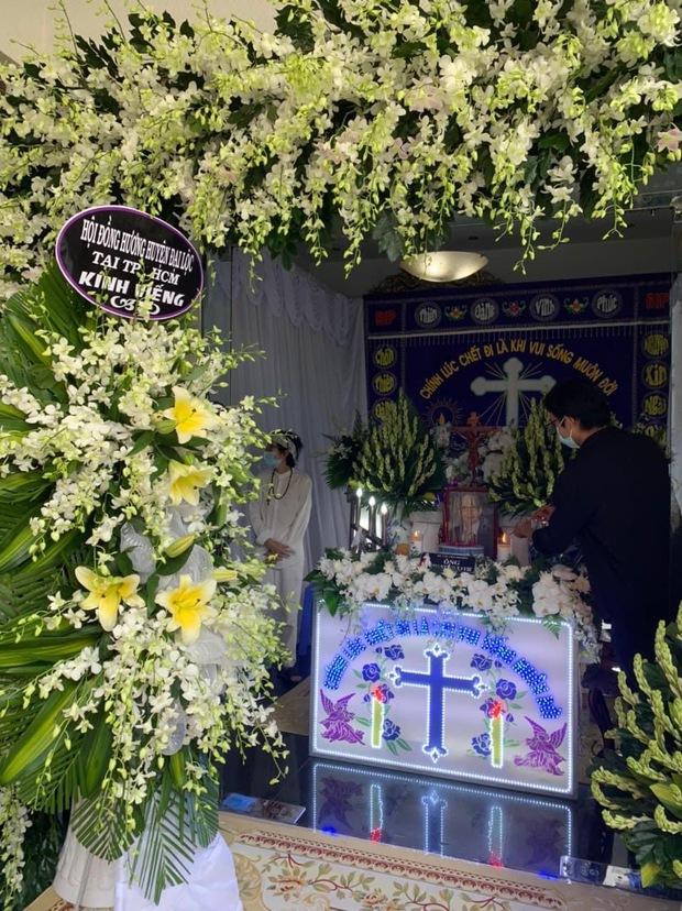 NS Hoài Linh lần đầu lộ diện sau 4 tháng ở ẩn, tiều tuỵ thấy rõ trong tang lễ bố ruột vừa qua đời tại Việt Nam - Ảnh 3.