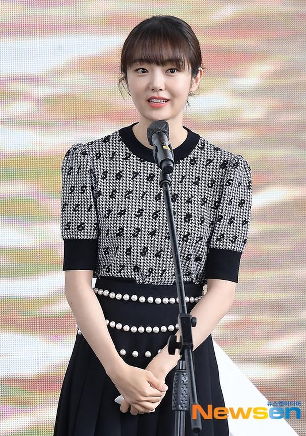 Dàn sao đổ bộ lễ ra mắt phim ở LHP Busan: Hươu cao cổ Lee Kwang Soo như người khổng lồ, Han So Hee đẹp phát sáng cả sân khấu - Ảnh 10.