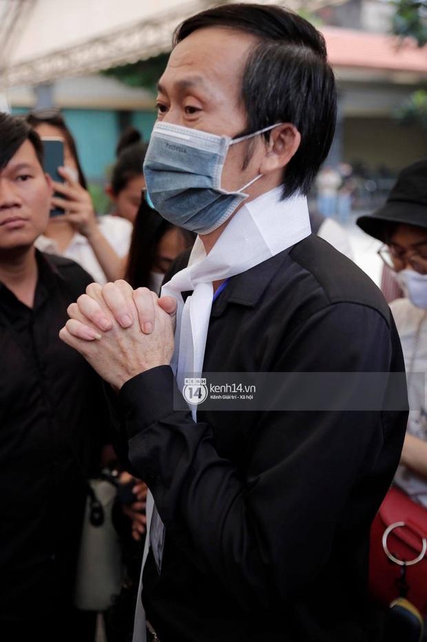 NS Hoài Linh lần đầu lộ diện sau 4 tháng ở ẩn, tiều tuỵ thấy rõ trong tang lễ bố ruột vừa qua đời tại Việt Nam - Ảnh 6.