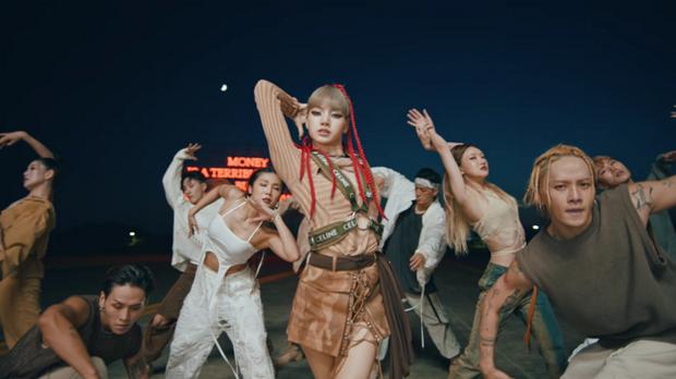 Trước khi bị YG kìm hãm hoạt động, Lisa từng phải mặc lại đồ vũ công Jennie, tố ăn cắp hay miệt thị khiến cả Thái Lan dậy sóng - Ảnh 7.