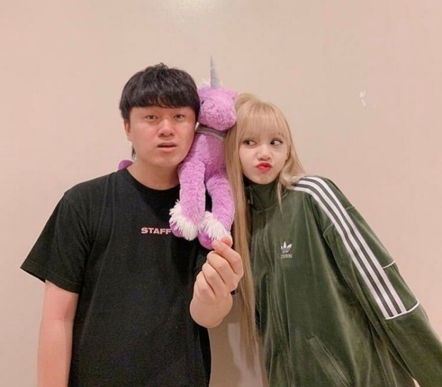 Trước khi bị YG kìm hãm hoạt động, Lisa từng phải mặc lại đồ vũ công Jennie, tố ăn cắp hay miệt thị khiến cả Thái Lan dậy sóng - Ảnh 12.