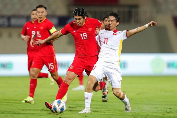 Tiền đạo Trung Quốc: Chúng tôi may mắn kéo chiến thắng ở lại - Ảnh 2.
