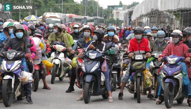 Từng phích nước, móc quần áo, bơm xe... đã cũ mèm được đùm theo hành trình 1.000km về quê: Giờ 1 nghìn đồng cũng quý - Ảnh 1.