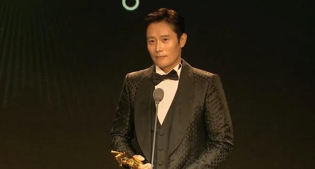 Yoo Ah In lại giật cúp Ảnh đế tại AFA ở LHP Busan 2021, quý ông cực phẩm  Lee Byung Hun được xướng tên - Ảnh 5.