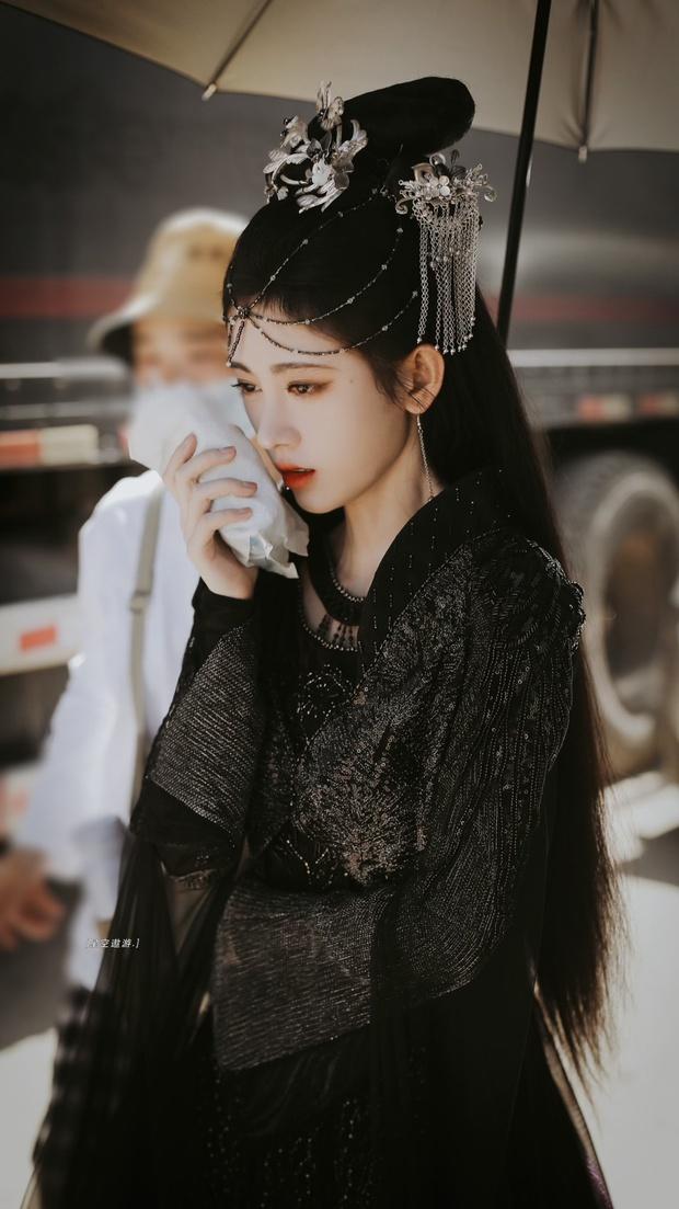 Cúc Tịnh Y náo loạn Weibo với ảnh hậu trường cực ma mị và quyến rũ, vật bất ly thân bất ngờ thành đạo cụ khoe visual tiên tử - Ảnh 4.