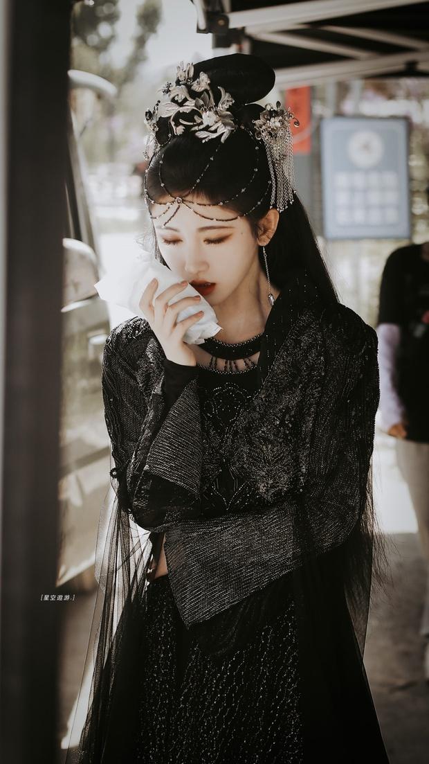 Cúc Tịnh Y náo loạn Weibo với ảnh hậu trường cực ma mị và quyến rũ, vật bất ly thân bất ngờ thành đạo cụ khoe visual tiên tử - Ảnh 2.