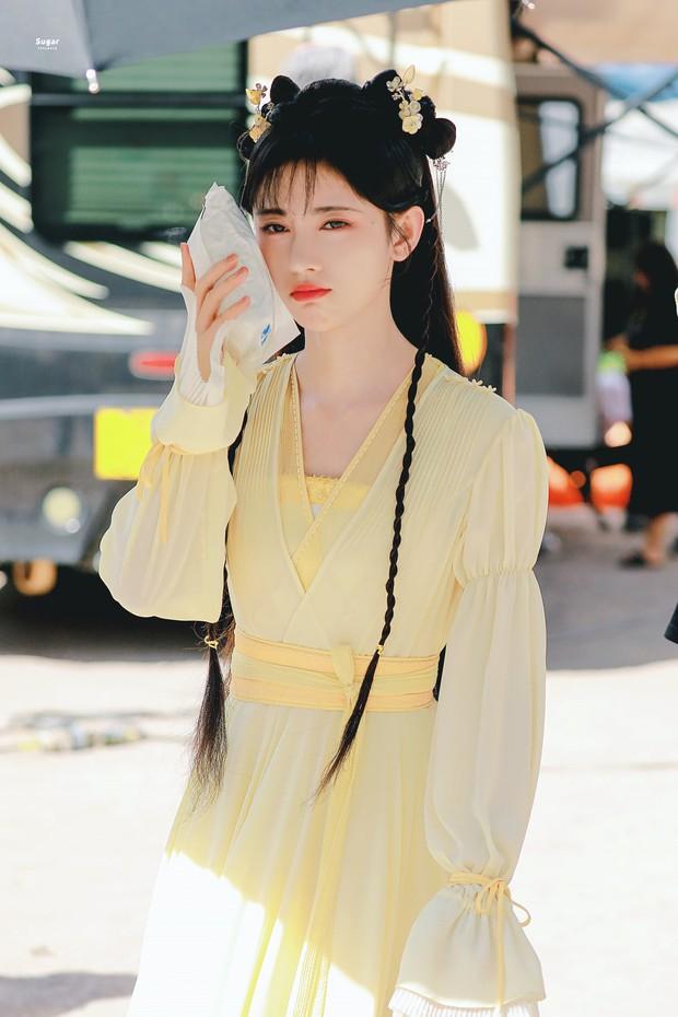 Cúc Tịnh Y náo loạn Weibo với ảnh hậu trường cực ma mị và quyến rũ, vật bất ly thân bất ngờ thành đạo cụ khoe visual tiên tử - Ảnh 5.