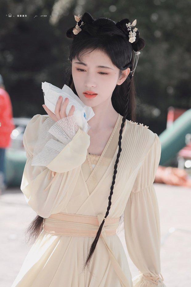 Cúc Tịnh Y náo loạn Weibo với ảnh hậu trường cực ma mị và quyến rũ, vật bất ly thân bất ngờ thành đạo cụ khoe visual tiên tử - Ảnh 6.