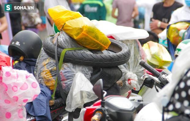 Từng phích nước, móc quần áo, bơm xe... đã cũ mèm được đùm theo hành trình 1.000km về quê: Giờ 1 nghìn đồng cũng quý - Ảnh 8.
