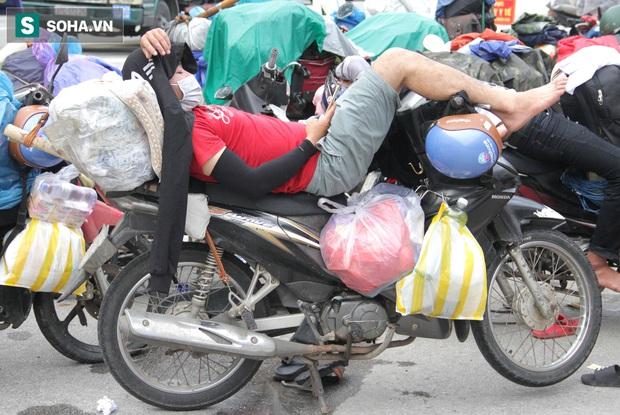 Từng phích nước, móc quần áo, bơm xe... đã cũ mèm được đùm theo hành trình 1.000km về quê: Giờ 1 nghìn đồng cũng quý - Ảnh 3.