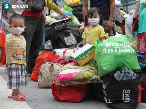 Từng phích nước, móc quần áo, bơm xe... đã cũ mèm được đùm theo hành trình 1.000km về quê: Giờ 1 nghìn đồng cũng quý - Ảnh 6.