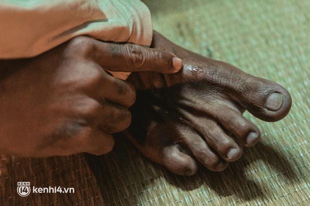 Đôi chân phồng rộp trên hành trình đi bộ hồi hương của những lao động nghèo, cả gia đình 4 người chỉ có 7.000 đồng giắt lưng - Ảnh 16.