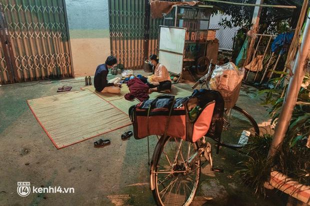 Đôi chân phồng rộp trên hành trình đi bộ hồi hương của những lao động nghèo, cả gia đình 4 người chỉ có 7.000 đồng giắt lưng - Ảnh 11.