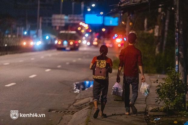 Đôi chân phồng rộp trên hành trình đi bộ hồi hương của những lao động nghèo, cả gia đình 4 người chỉ có 7.000 đồng giắt lưng - Ảnh 7.