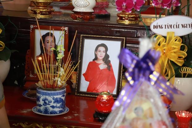 Lễ hoả táng cố ca sĩ Phi Nhung tại Việt Nam: Con trai nuôi ôm chặt di ảnh, không khí tang thương bao trùm gây đau xót - Ảnh 7.