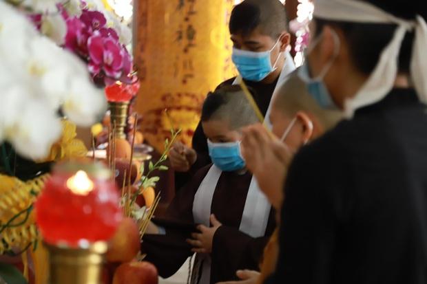 Lễ hoả táng cố ca sĩ Phi Nhung tại Việt Nam: Con trai nuôi ôm chặt di ảnh, không khí tang thương bao trùm gây đau xót - Ảnh 8.