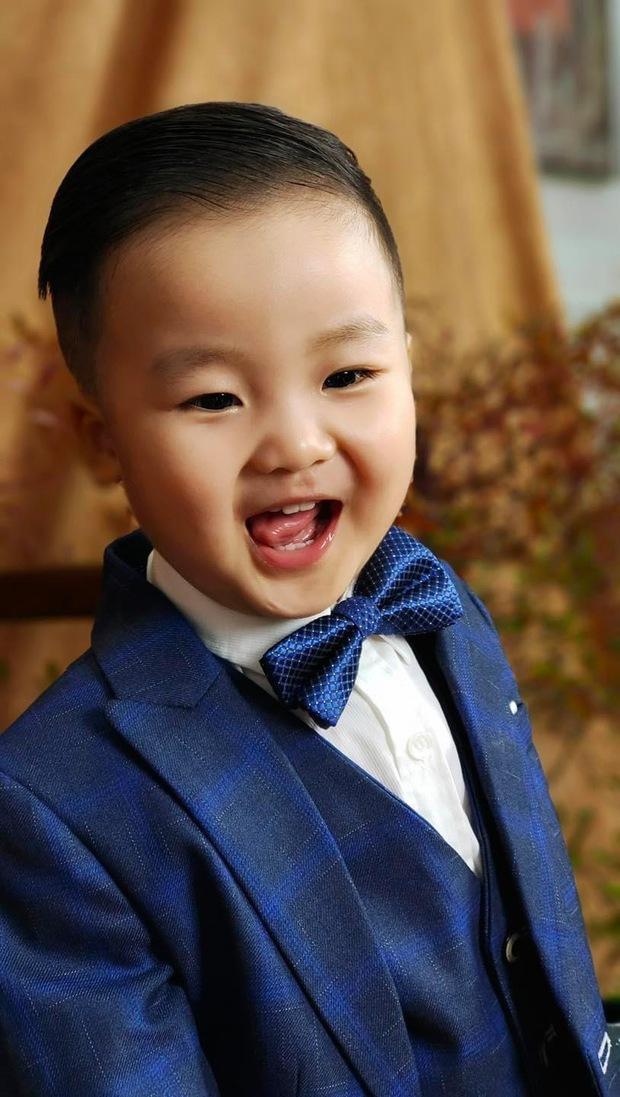 Bé Bo nhà Hoà Minzy lên đồ bảnh bao mừng sinh nhật 2 tuổi: Tổng tài nhí là đây chứ đâu! - Ảnh 2.