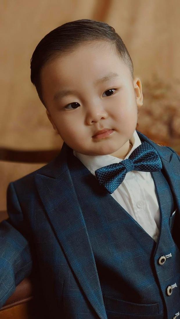 Bé Bo nhà Hoà Minzy lên đồ bảnh bao mừng sinh nhật 2 tuổi: Tổng tài nhí là đây chứ đâu! - Ảnh 3.