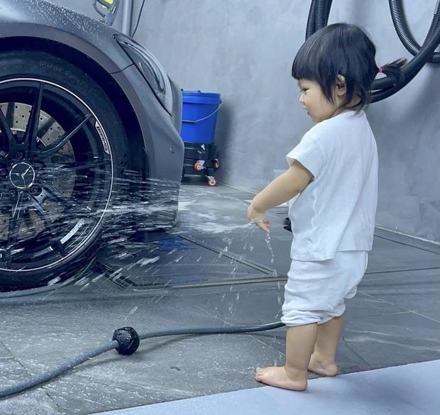 Ái nữ của Cường Đô La xắn quần để rửa siêu xe, 1 đại gia khét tiếng Sài thành vào chốt đơn ngay và luôn!  - Ảnh 2.