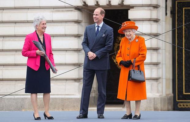 Nữ hoàng Anh đưa ra tuyên bố mới hệt như tạt gáo nước lạnh vào vợ chồng Meghan - Ảnh 1.