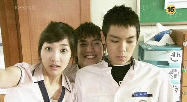 5 vai diễn thời chưa nổi của hội nam thần Hàn: Lee Min Ho uốn éo dễ sợ, Song Joong Ki hôn trai đẹp ngọt xớt luôn - Ảnh 1.