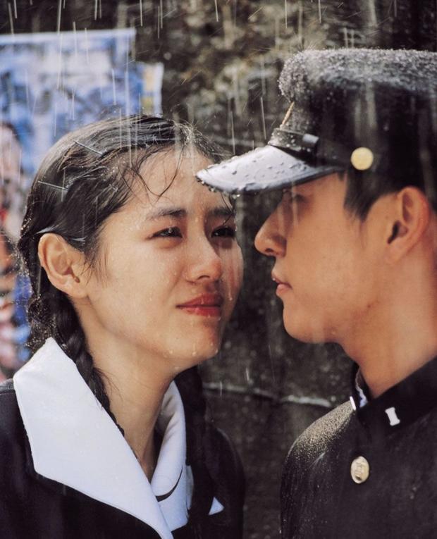 Son Ye Jin có mỗi một kiểu cưa crush mà xài gần 20 năm, tới thời u mê Hyun Bin chị đẹp vẫn chưa bỏ  - Ảnh 2.
