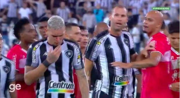 Rùng rợn: Cầu thủ ở Brazil cao chân đạp thẳng mặt khiến đối phương chảy máu ròng ròng - Ảnh 2.