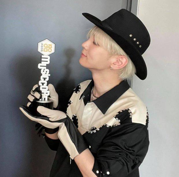 Nam idol 13 năm bật khóc từ sân khấu ra phố vì chiến thắng solo đầu tiên, fan nhìn vừa cười vừa thương - Ảnh 13.