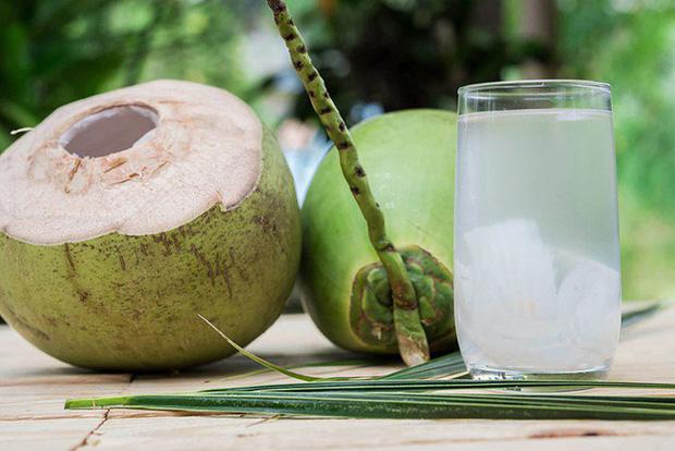 Không nên uống nước dừa vào những thời điểm này để tránh hệ lụy với sức khỏe - Ảnh 2.