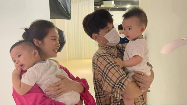 Vợ chồng Jaykii ẵm bồng 2 bé nhà Dương Khắc Linh, netizen nhớ lại mối quan hệ dây mơ rễ má trong quá khứ - Ảnh 1.