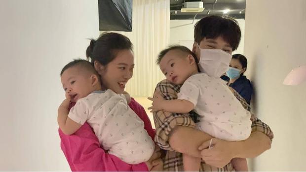 Vợ chồng Jaykii ẵm bồng 2 bé nhà Dương Khắc Linh, netizen nhớ lại mối quan hệ dây mơ rễ má trong quá khứ - Ảnh 2.