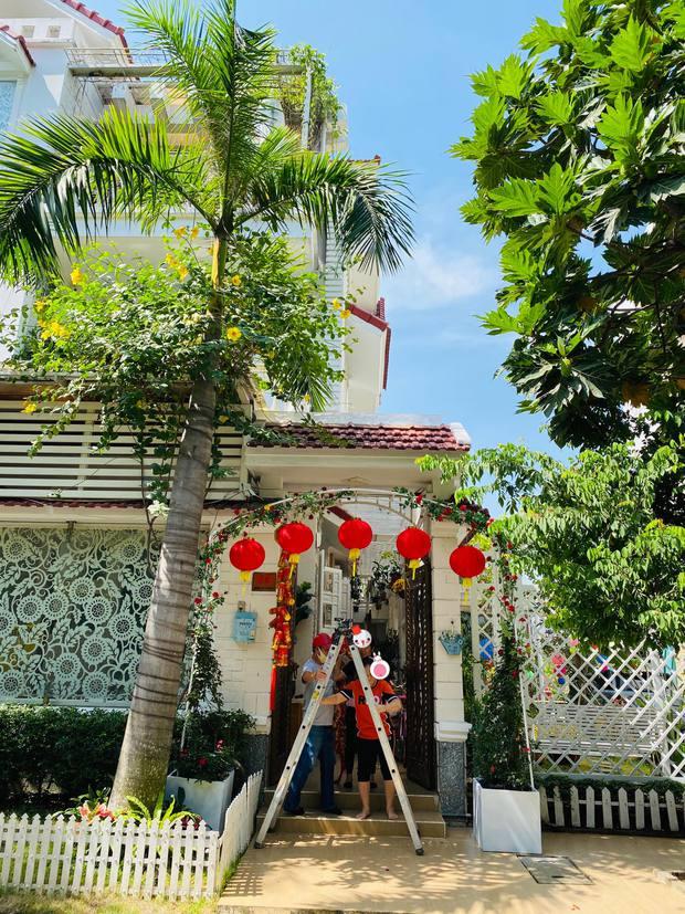 Lấy chồng đại gia, Vy Oanh ở biệt thự rộng 1400m2, mất hơn chục ngày để trang trí Tết lung linh, rực rỡ - Ảnh 1.