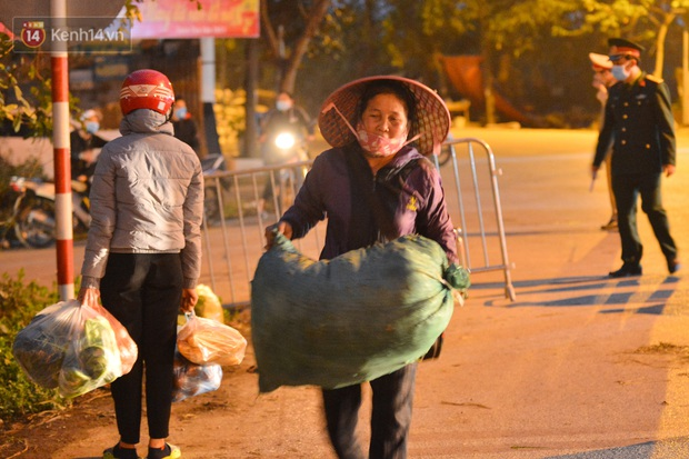 Ảnh: Đường vào thôn bị phong toả, người dân Mê Linh chuyển hàng tạ rau qua chốt kiểm dịch y tế trong đêm - Ảnh 5.