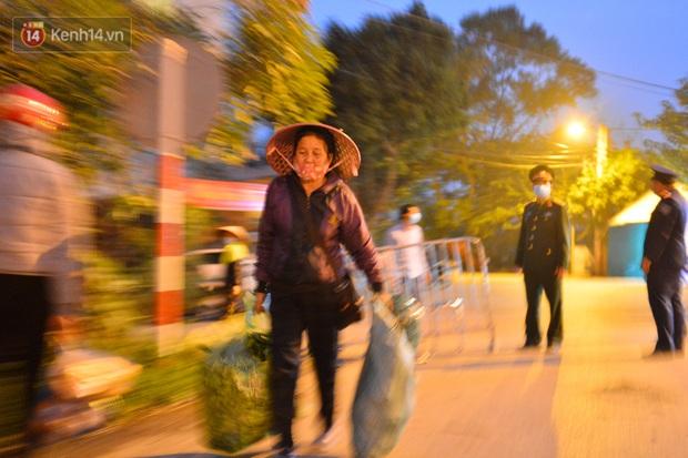 Ảnh: Đường vào thôn bị phong toả, người dân Mê Linh chuyển hàng tạ rau qua chốt kiểm dịch y tế trong đêm - Ảnh 6.