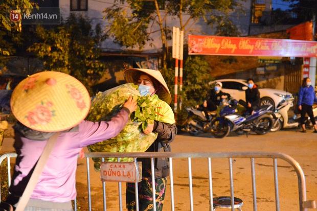 Ảnh: Đường vào thôn bị phong toả, người dân Mê Linh chuyển hàng tạ rau qua chốt kiểm dịch y tế trong đêm - Ảnh 3.