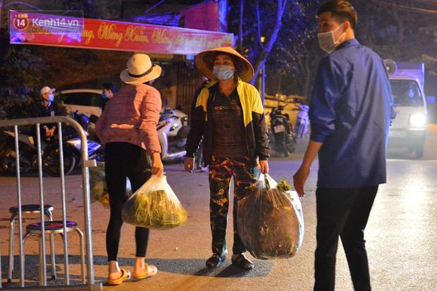 Ảnh: Đường vào thôn bị phong toả, người dân Mê Linh chuyển hàng tạ rau qua chốt kiểm dịch y tế trong đêm - Ảnh 2.