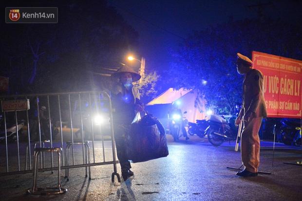 Ảnh: Đường vào thôn bị phong toả, người dân Mê Linh chuyển hàng tạ rau qua chốt kiểm dịch y tế trong đêm - Ảnh 4.