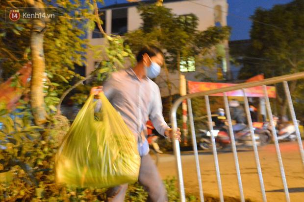 Ảnh: Đường vào thôn bị phong toả, người dân Mê Linh chuyển hàng tạ rau qua chốt kiểm dịch y tế trong đêm - Ảnh 7.
