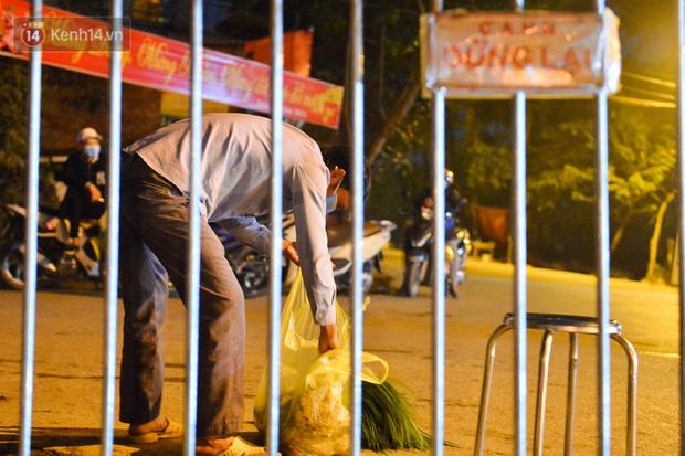 Ảnh: Đường vào thôn bị phong toả, người dân Mê Linh chuyển hàng tạ rau qua chốt kiểm dịch y tế trong đêm - Ảnh 8.