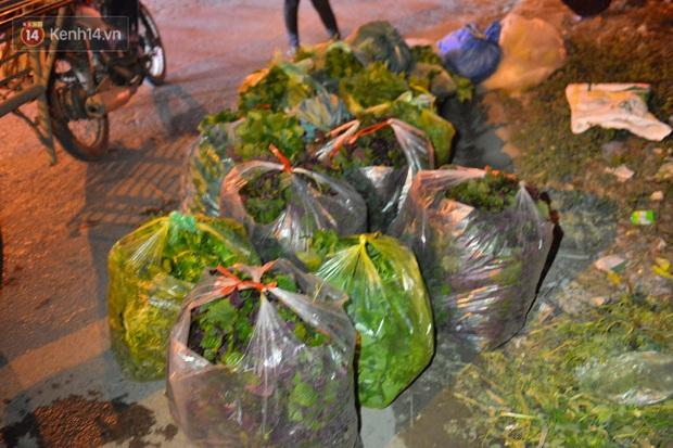Ảnh: Đường vào thôn bị phong toả, người dân Mê Linh chuyển hàng tạ rau qua chốt kiểm dịch y tế trong đêm - Ảnh 12.