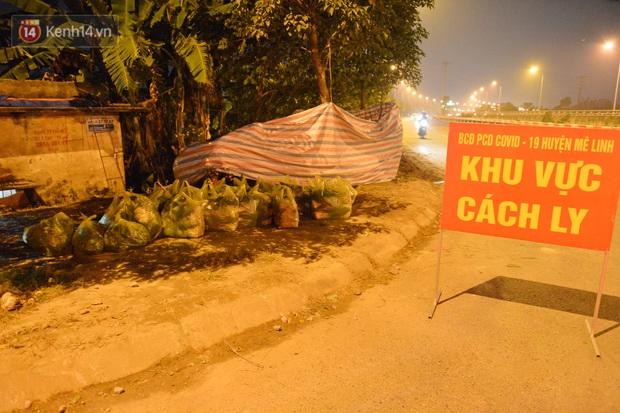 Ảnh: Đường vào thôn bị phong toả, người dân Mê Linh chuyển hàng tạ rau qua chốt kiểm dịch y tế trong đêm - Ảnh 9.