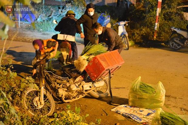 Ảnh: Đường vào thôn bị phong toả, người dân Mê Linh chuyển hàng tạ rau qua chốt kiểm dịch y tế trong đêm - Ảnh 11.