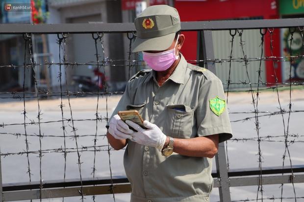 ẢNH: Các ngả đường vào ĐH Thủ Dầu Một bị phong tỏa khi phát hiện nữ sinh viên mắc Covid-19, người dân tiếp tế lương thực qua rào chắn - Ảnh 7.