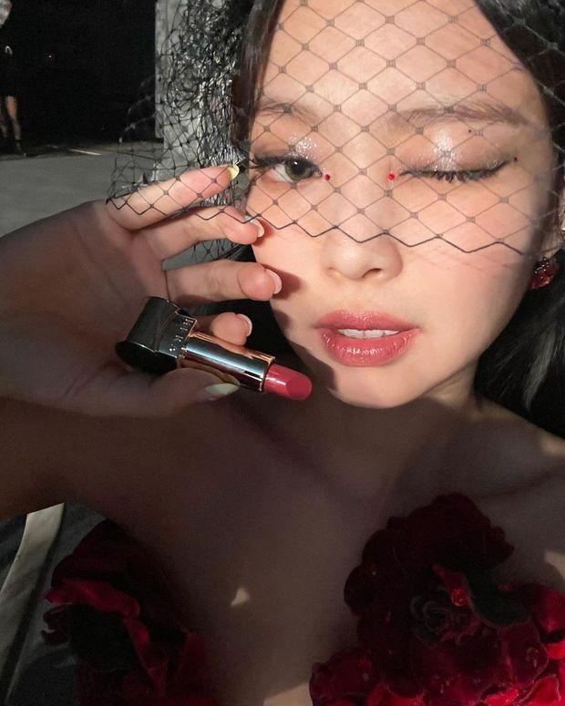 Đại sứ có tâm là Jennie: Tranh thủ PR son ngay hậu trường concert, ai thiếu son Tết tham khảo luôn - Ảnh 3.